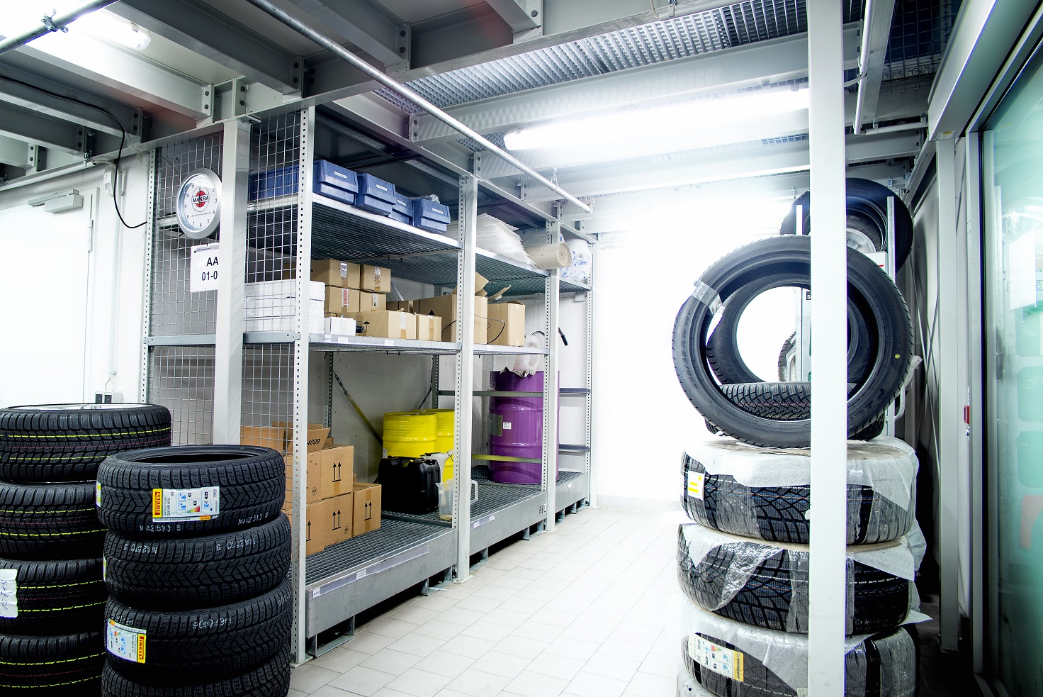 Kunststoff-Lagerkästen im Regal